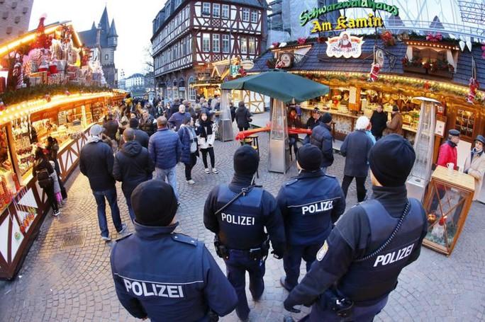 Cảnh sát tuần tra chợ Giáng sinh ở TP Frankfurt. Ảnh: AP
