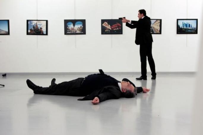 Altintas sau khi bắn chết Đại sứ Karlov (nằm dười đất). Ảnh: REUTERS