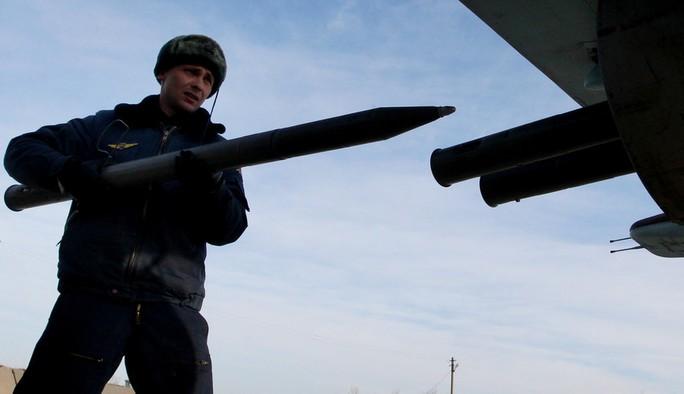 Sukhoi Su-25 của Nga được nạp vũ khí để chuẩn bị bay huấn luyện. Ảnh: SPUTNIK