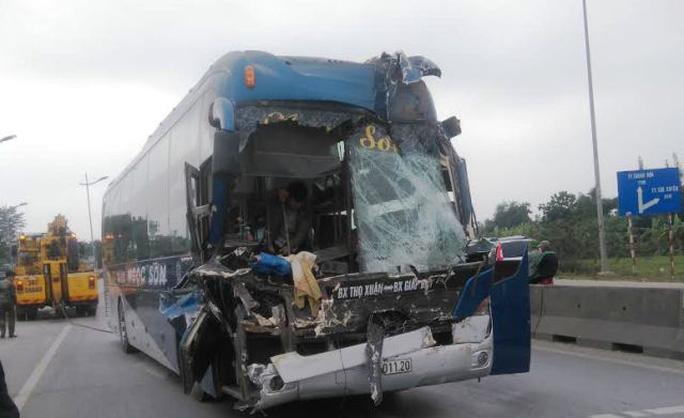 Chiếc xe khách nát bét đầu sau khi tông vào xe đầu kéo