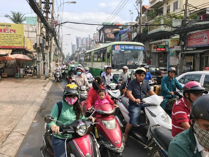 Do nhiều người đến hiện trường theo dõi khiến giao thông trên đường Cách Mạng Tháng Tám bị ùn ứ cục bộ