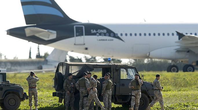 Quân đội Malta đang theo dõi chiếc máy bay bị không tặc tại sân bay quốc tế Malta. Ảnh: REUTERS