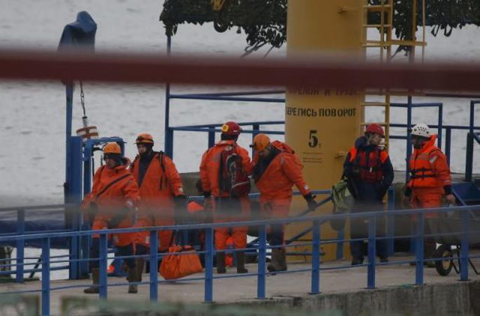 Thành viên Bộ Tình trạng Khẩn cấp Nga làm việc gần hiện trường vụ tai nạn. Ảnh: REUTERS