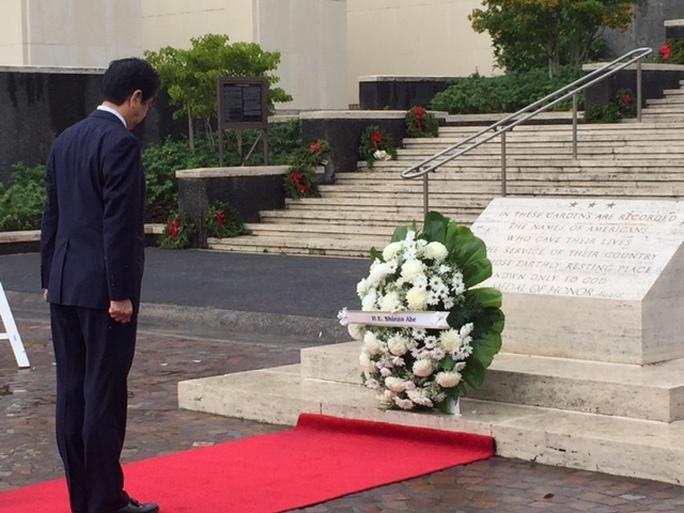 Thủ tướng Abe đặt hoa tại Nghĩa trang Tưởng niệm Quốc gia Thái Bình Dương ở TP Honolulu, bang Hawaii hôm 26-12. Ảnh: JAPAN TIMES