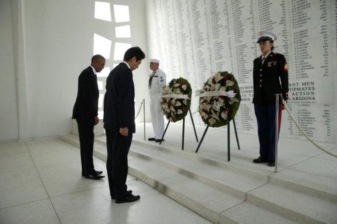 Hai nhà lãnh đạo đặt hoa tưởng niệm... Ảnh: REUTERS