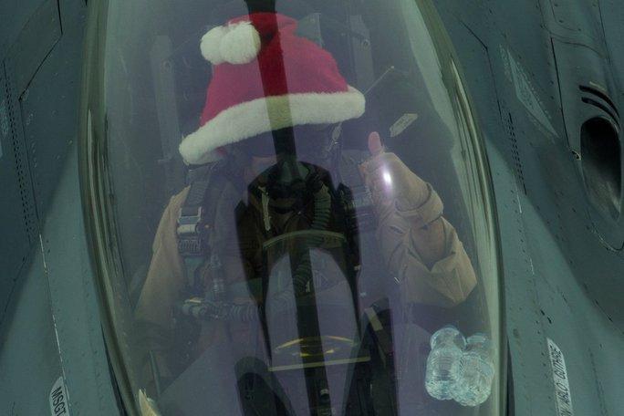 Phi công Mỹ đội nón ông già Noel ngồi trong buồng lái máy bay chiến đấu chụp ảnh. Ảnh: BỘ QUỐC PHÒNG MỸ