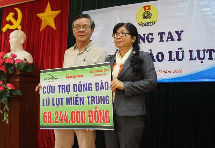 Ông Nguyễn Văn Tín trao tượng trưng quà tặng cho LĐLĐ tỉnh Phú Yên