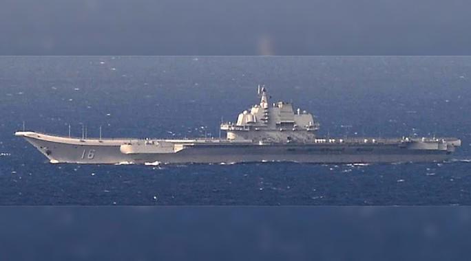 Tàu Liêu Ninh di chuyển qua biển Hoa Đông hôm 25-12. Ảnh: REUTERS