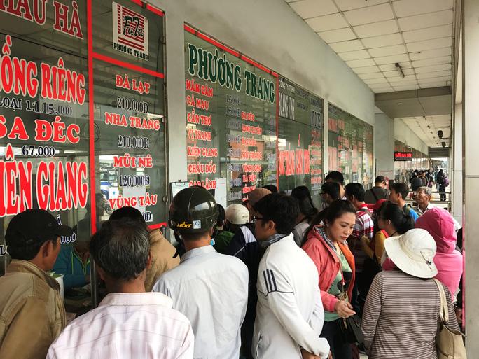 Hành khách tập trung mua vé của nhà xe Phương Trang tại Bến xe Miền Tây nghỉ lễ chiều 30-12