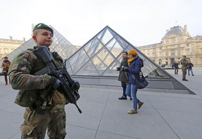 Lính Pháp tuần tra tại Bảo tàng Louvre hôm 30-12. Ảnh: REUTERS