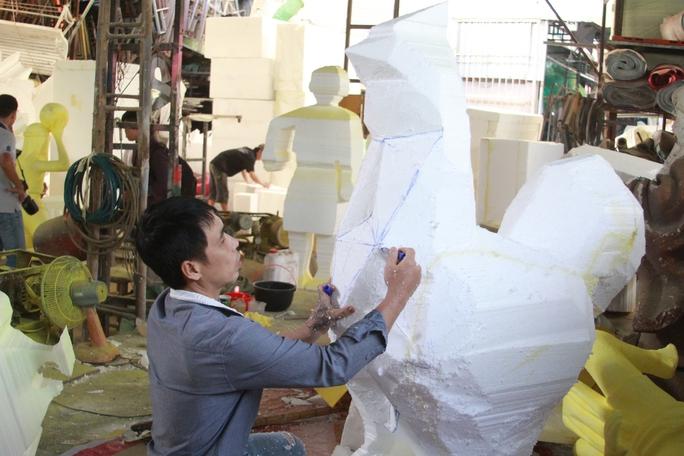 Nghệ nhân tạo hình những chú gà con, linh vật của Đường hoa Nguyễn Huê ̣- Tết Đinh Dậu 2017