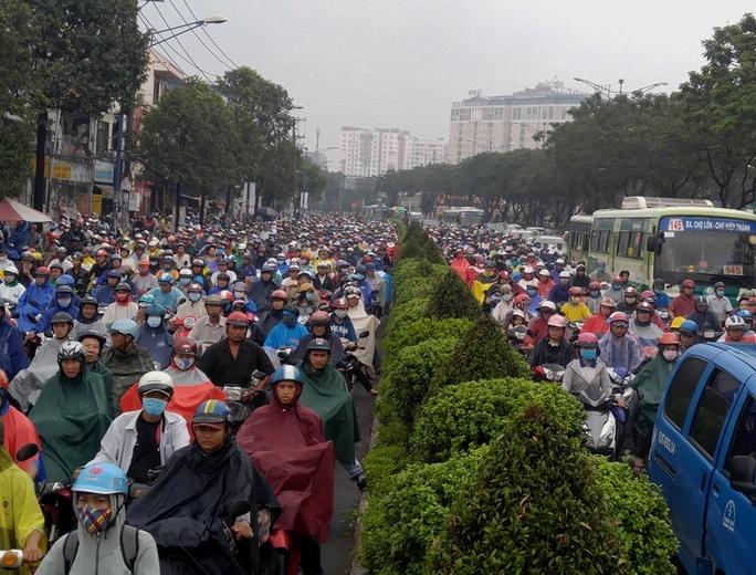 Đường Trường Chinh, đoạn kéo dài từ khu Công nghiệp Tân Bình đến mũi tàu Trường Chinh – Công Hòa, hàng ngàn xe máy tràn qua làn đường ô tô, kèn cựa nhau lưu thông