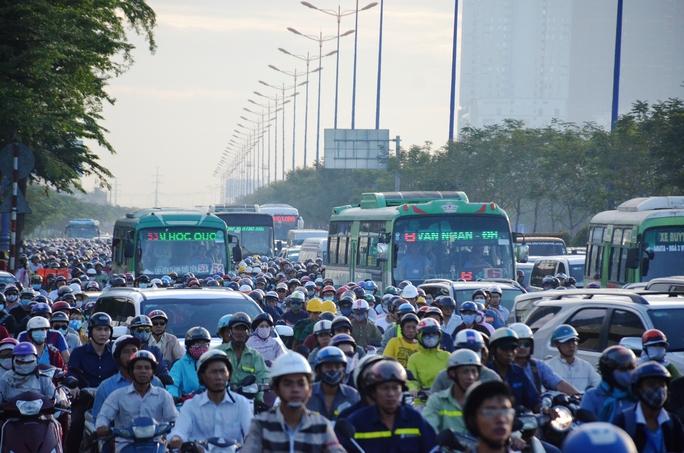 Khi đến giờ cao điểm sáng 6-12, cảnh kẹt xe lại xảy ra trên xa lộ Hà Nội, đoạn sắp qua cầu Sài Gòn 1 để vào trung tâm TP HCM