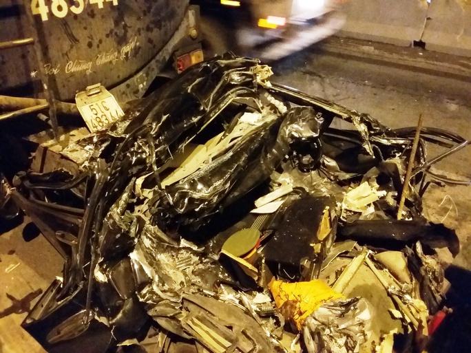 Chiếc ô tô 4 chỗ gần như bị vò nát sau vụ va chạm kinh hoàng