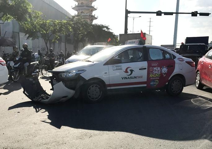Chiếc xe taxi hư hỏng nặng phần đầu