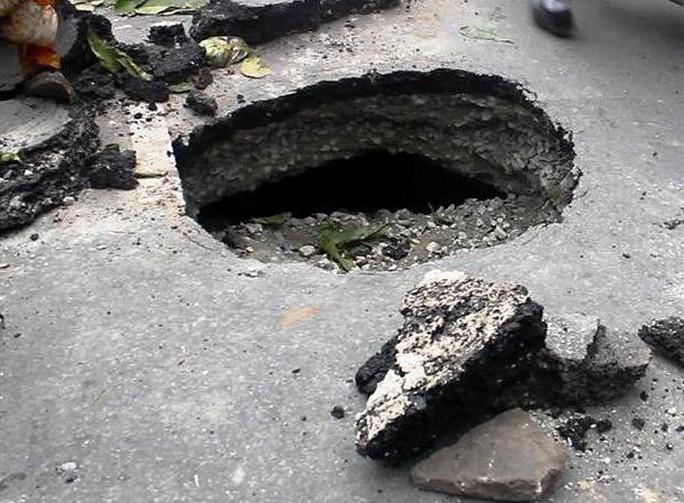 Hố sâu gần 1 m trên đường Hoàng Diệu 2