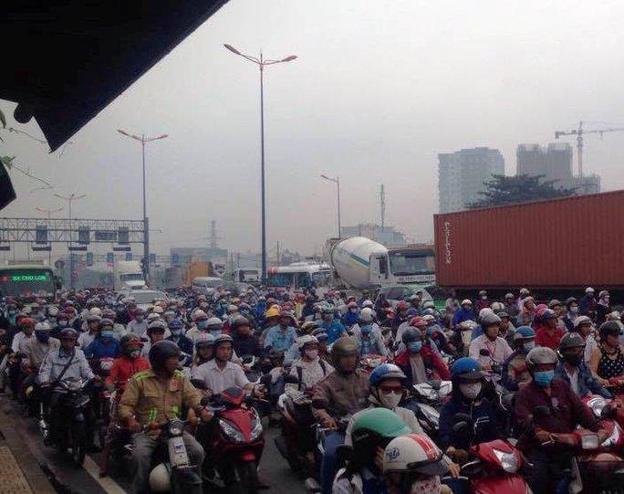 Cảnh ùn ứ trên Xa lộ Hà Nội theo hướng vào trung tâm TP HCM do ảnh hưởng từ vụ tai nạn