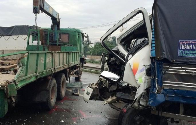 Một chiếc xe tải bị bẹp dúm phần đầu