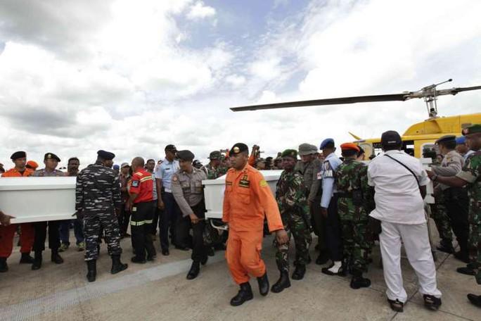 Lực lượng cứu hộ Indonesia bê quan tài của nạn nhân vụ tai nạn máy bay. Ảnh: EPA