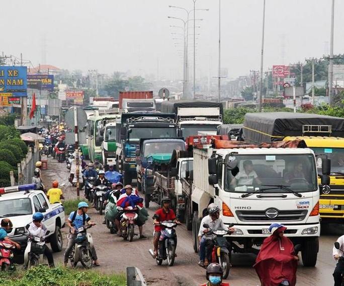 Cảnh ùn ứ trên Quốc lộ 1 do ảnh hưởng bởi vụ tai nạn