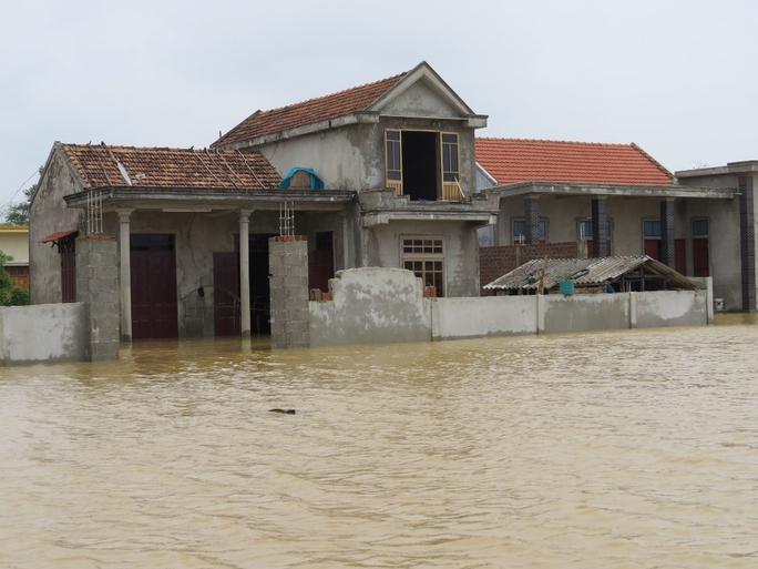 Nước vẫn còn ngập sâu trong nhà dân