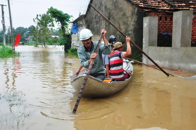 Nhiều nơi người dân phải dùng ghe thuyền để di chuyển. Ảnh: Tử Trực
