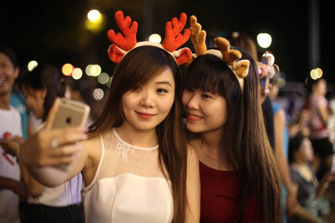 Nhiều người tạo dáng để kiếm cho mình một hình ảnh về Noel, dù Giáng sinh vẫn chưa tới.