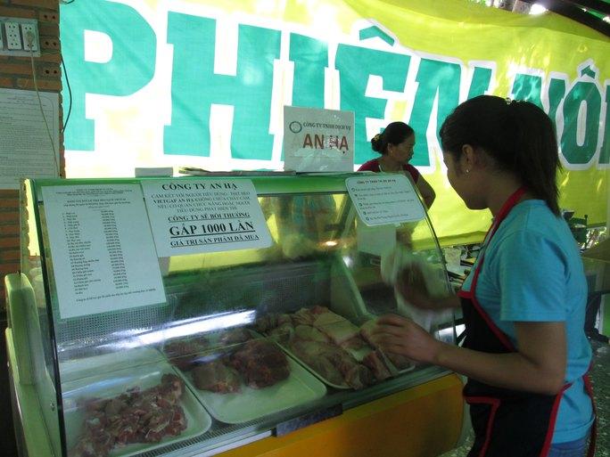 Thịt heo VietGAP của An Hạ tại chợ phiên nông sản an toàn cam kết không có chất cấm Ảnh: NGỌC ÁNH
