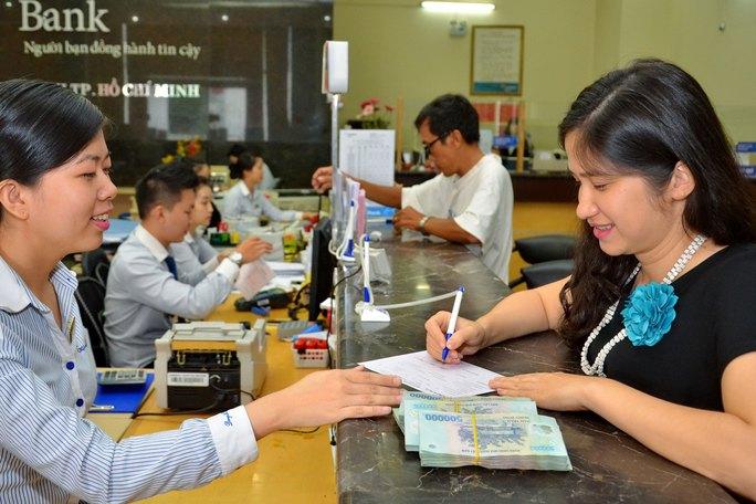 Nhiều ngân hàng phải có chính sách hấp dẫn để thu hút tiền gửi dịp cuối năm Ảnh: TẤN THẠNH