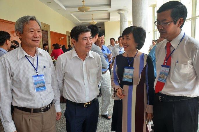 Chủ tịch UBND TP HCM Nguyễn Thành Phong (thứ 2, từ trái sang) cùng các đại biểu trao đổi bên lề hội thảo Ảnh: TẤN THẠNH