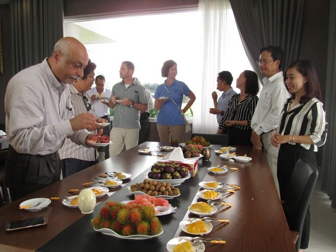 Các chuyên gia từ Bộ Nông nghiệp Mỹ thưởng thức trái cây tươi tại Bến Tre