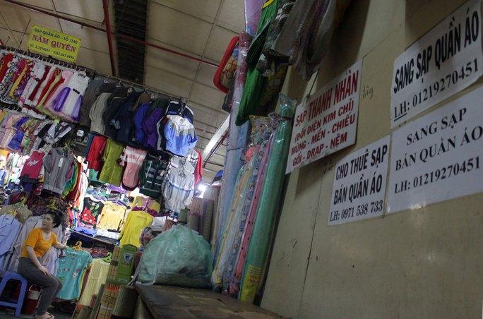 Cho thuê, sang sạp xuất hiện nhiều tại các chợ truyền thống Ảnh: QUỐC CHIẾN