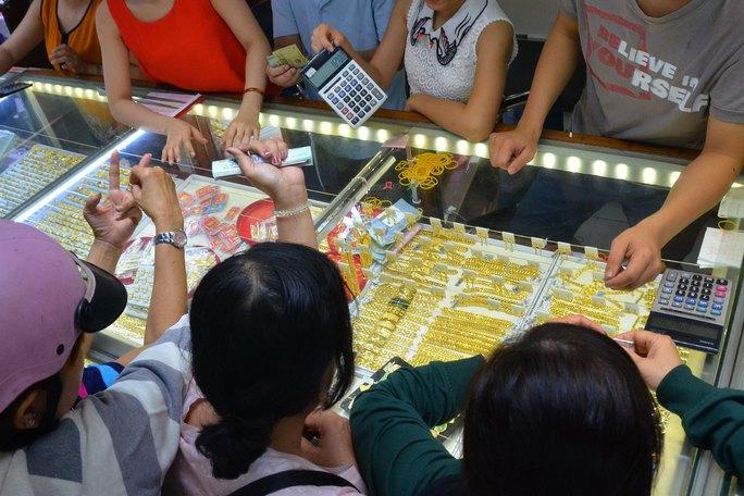 Giá vàng trong nước tiếp tục nới rộng mức chênh lệch với thế giới lên 5 triệu đồng/lượng, đẩy rủi ro về phía người mua Ảnh: TẤN THẠNH