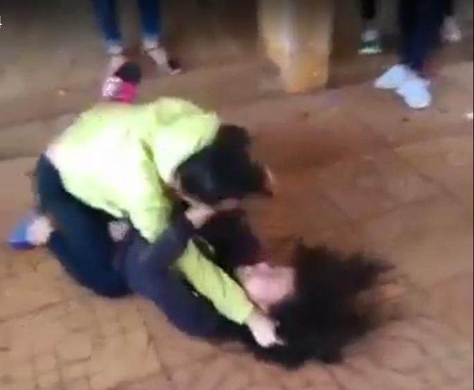 Nữ sinh đánh nhau trong tiếng reo hò của bạn bè. Ảnh cắt từ clip