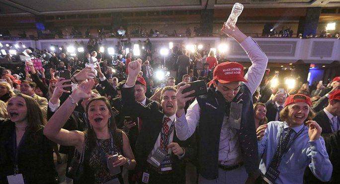 Những người ủng hộ Trump mừng chiến thắng. Ảnh: Reuters