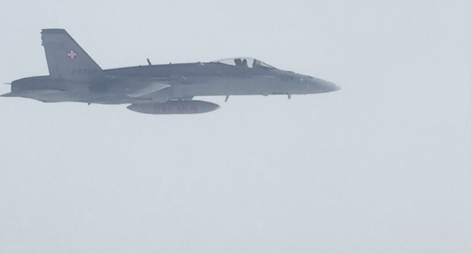 Chiến đấu cơ Thụy Sĩ theo sát máy bay Nga hôm 18-11. Ảnh: Facebook