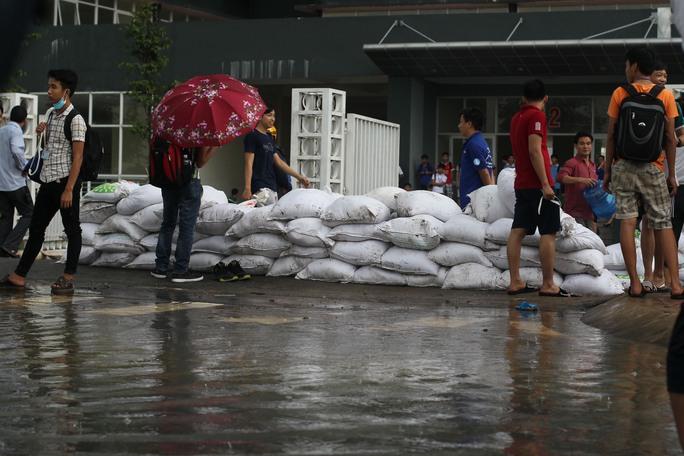 Sau cơn mưa lịch sử, các bạn sinh viên giúp KTX đắp đê cát chuẩn bị đối phó với những trận mưa lớn tương tự.