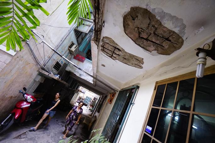 Ở hành lang tầng trệt, một mảng trần rộng bị bong ximăng, để lộ những thanh sắt hoen rỉ, mục nát.