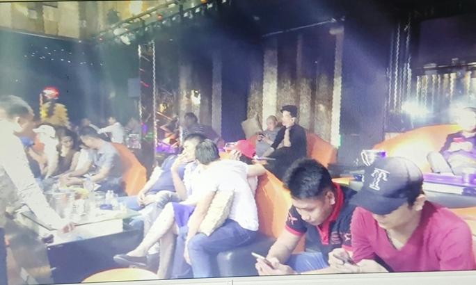 Hàng trăm người nháo nhào tìm đường thoát khi cảnh sát bất ngờ đột kích vào 2 quán bar trên địa bàn quận 3, TP HCM