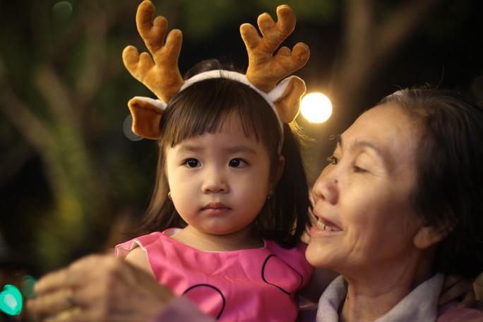 Bé Hồng Trúc (2 tuổi) được gia đình mua cho chiếc sừng tuần lộc để chụp ảnh