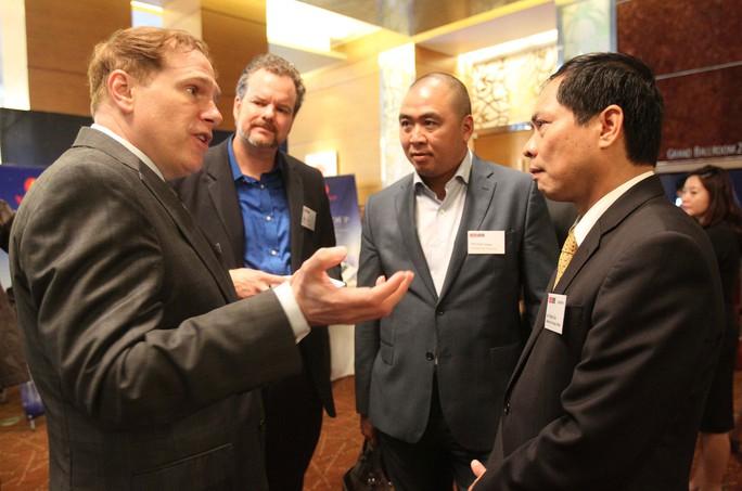 Các đại biểu trao đổi bên lề cuộc thảo luận tại Hội nghị Kinh tế đối ngoại 2016 Ảnh: HOÀNG TRIỀU