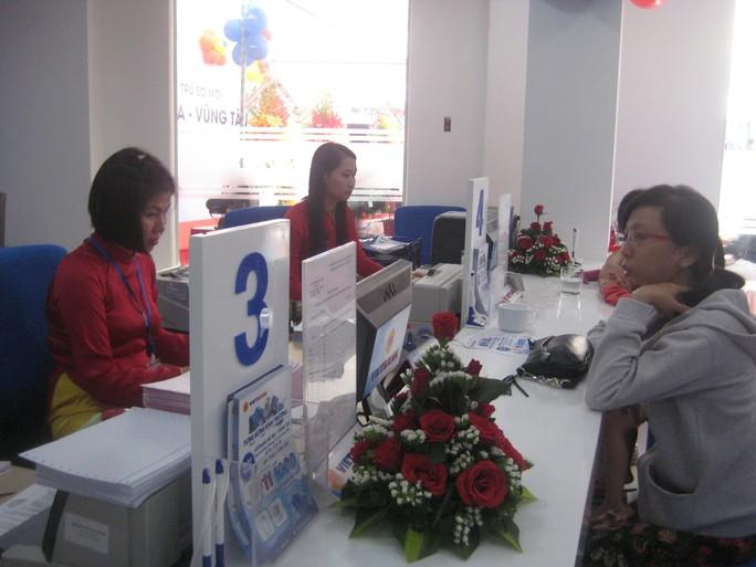 Khách hàng giao dịch tại VietBank Chi nhánh Bà Rịa - Vũng Tàu