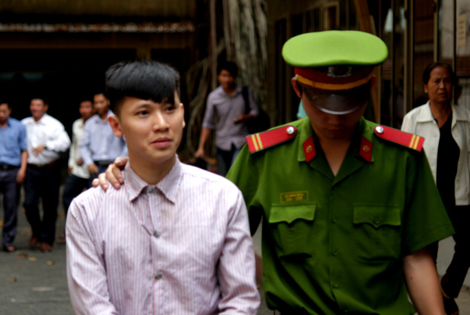 Bị cáo Trần Ngọc Hiếu bị áp giải tới phiên tòa.