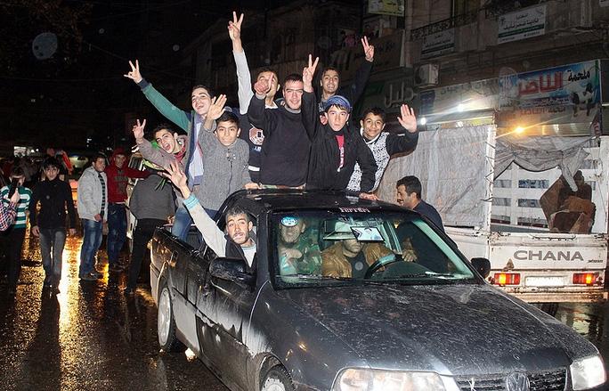 Người dân đổ ra đường ăn mừng chiến thắng của quân chính phủ. Ảnh: EPA