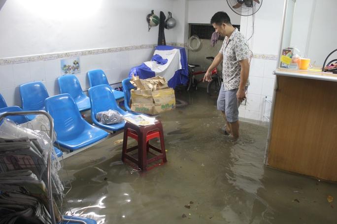 Chuyện ngập như đã quá quen thuộc với nhiều hộ dân bên đường Nguyễn Xí (quận Bình Thạnh)