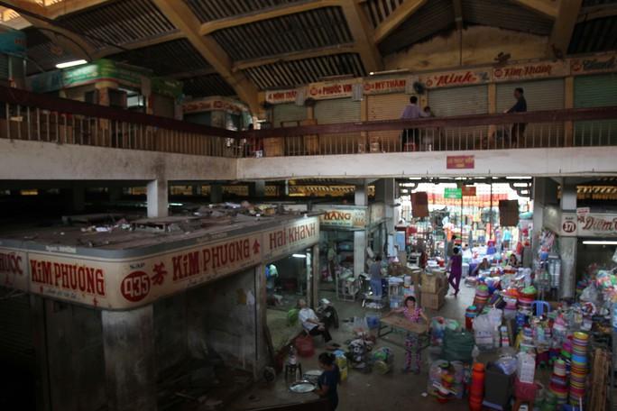 Đến trưa một số tiểu thương đã dọn xong, trong khi một số tiểu thương khác đang bắt đầu dọn hàng qua chợ tạm