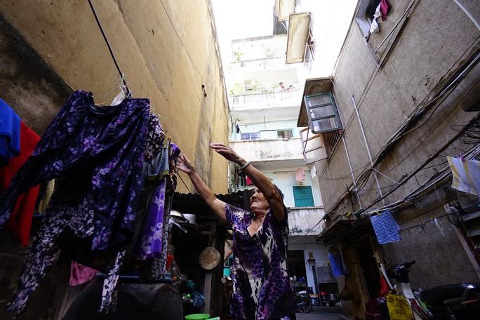 Khi thấy khách vào khuôn viên chung cư 47 Long Hưng , bà Hương - một cán bộ về hưu sống ở tầng trệt nhắc khách khi đi vào trong phải chú ý vì cửa ra vào rất thấp và để tránh nước thải từ các tầng trên