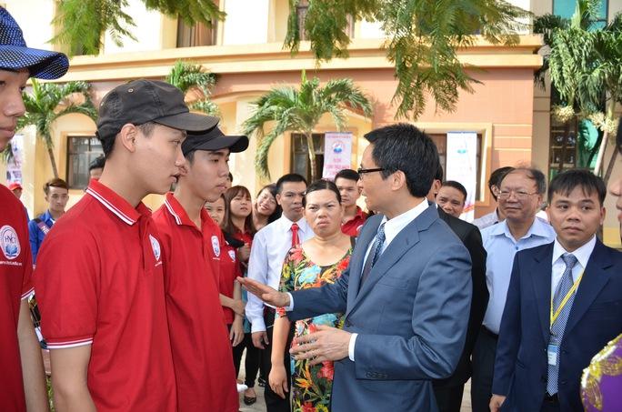 Sáng 18-11, Phó Thủ tướng Vũ Đức Đam dự lễ khai giảng và kỷ niệm ngày Nhà giáo Việt Nam 20-11 tại Trường CĐ Kỹ nghệ II (TP HCM), chuyện trò với giảng viên và sinh viên của trường Ảnh: Đặng Trinh