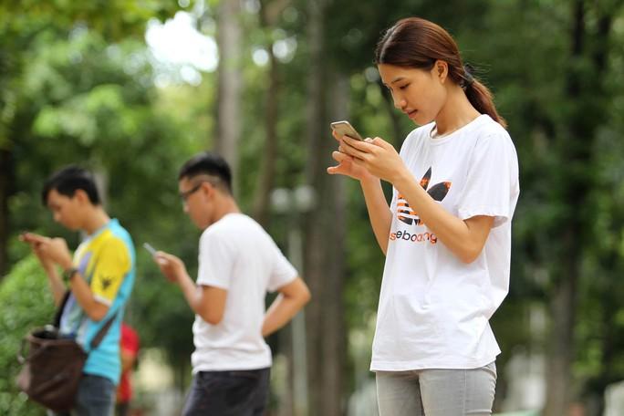 Người dùng Việt Nam đang chờ trải nghiệm 4G Ảnh: HOÀNG TRIỀU