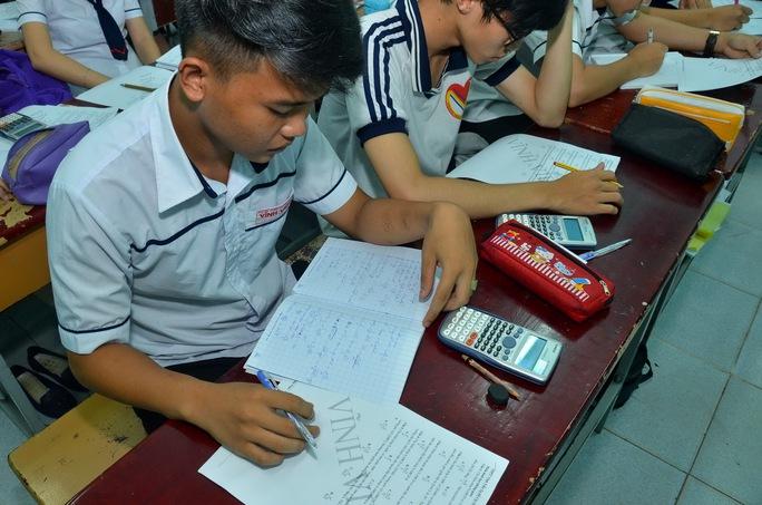 Học sinh ôn luyện tại một trung tâm luyện thi tại TP HCM vào tối 6-10Ảnh: Tấn Thạnh